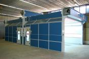 Dělená lakovací kabina se dvěmi servisními dveřmi a dvěmi ovládacími panely
